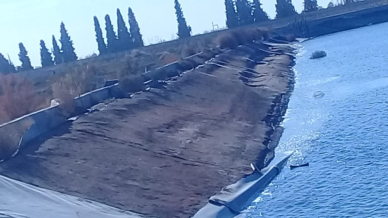 Irrigación contra la inseguridad: aprovechando el bajo nivel de agua, roban la membrana de los reservorios